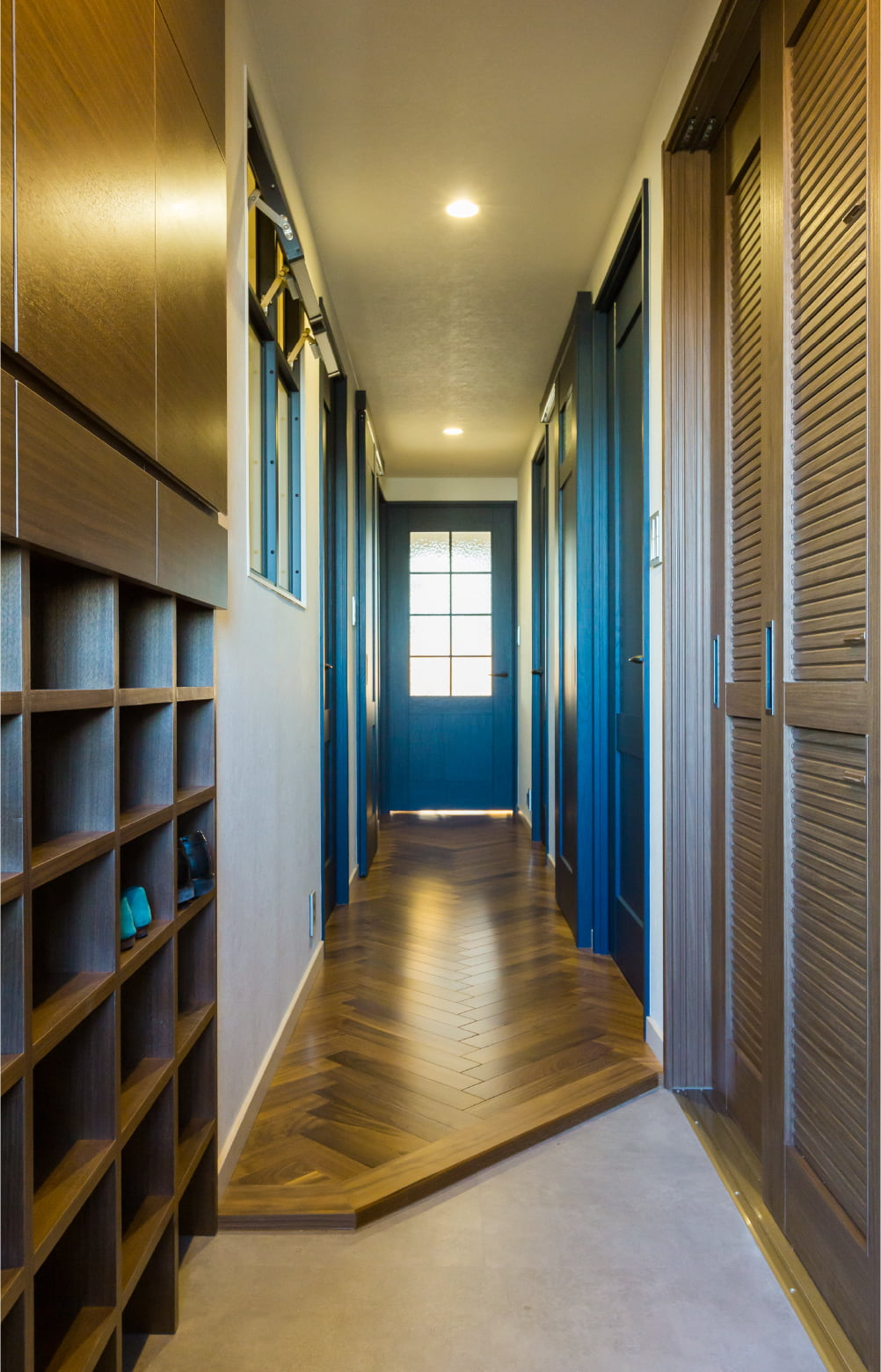 靴や日用品をたっぷりと収納できる玄関